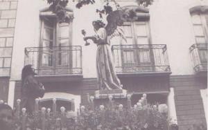 Adoración en el Huerto. procesión del Jueves Santo, a su paso por plaza Mayor. año 1949.