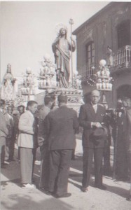 Domingo de Resurrección. Incorporació de imágenes de San Juan y Virgen sdel Rosario a la procesión delResucitado. Plaza Mayor, año 1947.